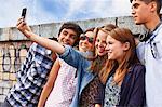 Adolescents amis se photographier avec smartphone