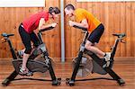 Homme et femme en concurrence entre elles sur les vélos