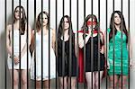 Femme en costume de super-héros avec amis debout fesses prison bars