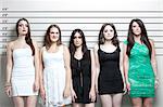 Portrait de cinq jeunes femmes dans une gamme de police