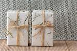 Cadeaux enveloppées dans du papier et raphia