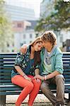 Junges Paar sitzt auf Ausdorren Bank
