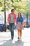 Junges Paar sonnige Stadtstraße entlang