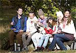 Familie mit Picknick im Wald