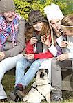Mädchen und Hund mit Picknick