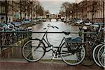 Motos garées par Canal, Amsterdam, Pays-Bas