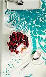 Vue aérienne Dessert Berry dans le bol en verre avec des cuillères sur Table avec nappe en Studio