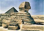 Sphinx avec la pyramide de Khéops en arrière-plan, Giza, Égypte