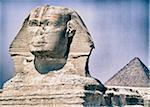 Gros plan du Sphinx avec la pyramide de Khéops en arrière-plan, Giza, Égypte