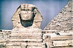 Gros plan du Sphinx avec la pyramide de Khéphren en arrière-plan, Giza, Égypte