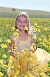 Lächelnd mädchen spielen im Bereich der Blumen