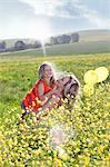 Schwestern spielen im Bereich der Blumen
