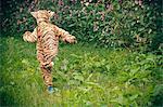 Jungen tragen Tiger Kostüm im freien