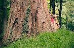 Kinder spielen zusammen im Wald
