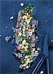 Teller mit Fisch mit Kräutern