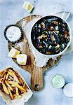 Platte mit gedämpfte Muscheln und Pommes frites