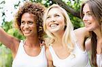 Lächeln Frauen beieinander stehen