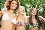 Lächelnde Frauen tragen bikinis