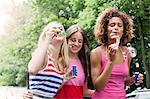 Lächeln Frauen Blasen Blasen im freien
