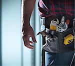 Nahaufnahme des Arbeitnehmers Werkzeug Gürtel tragen
