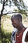 Homme de Masaï debout à l'extérieur