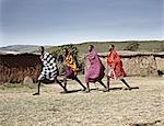 Hommes de Maasai marcher ensemble