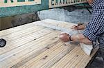 Ouvrier pose de bloc de pierre à bord