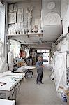Travailleur permanent dans l'atelier de sculpture en relief