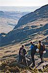 Wanderer mit Blick auf ländliche Landschaft