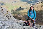 Weibliche Kletterer am Anker Point und sichern