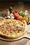 Tranche de pizza avec des ingrédients de levage
