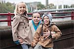 Portrait de jeune femme avec des enfants souriants à l'extérieur