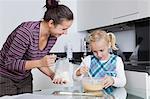 Heureuse mère et fille ensemble de cuisson dans la cuisine