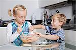 Heureux Frérot et Sœurette, mélange de pâte ensemble dans la cuisine