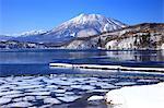 Montagnes couvertes de neige et le lac Nojiri Shinanomachi, préfecture de Nagano