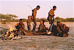 Bushmen chantaient et dansaient le désert du Kalahari, au Botswana
