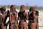 Vue arrière de la tribu Himba, debout à l'extérieur de la Namibie, l'Afrique