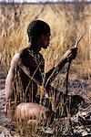 Bushman Hunter assis en champ Namibie, Afrique