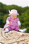Femelle bébé assis sur une souche d'arbre