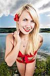 Junge Frau im roten bikini
