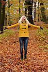 Heureuse jeune blonde en forêt