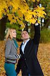 Couple heureux dans le paysage d'automne