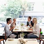 Gruppe von Freunden kommunizieren am Tisch restaurant