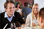 Glücklich Jüngling mit Freunden im Restaurant Tisch