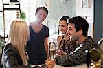 Group of happy Friends halten Weingläser im saloon