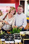 Portrait de couple heureux à la boutique de légume