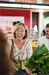 Femme acheter des légumes au marché
