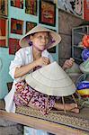 Une femme tisse un chapeau conique à un village d'artisanat, Hue, Vietnam, Indochine, Asie du sud-est, Asie
