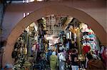 Une vue du souk à travers une arche en Marrakech, Maroc, Afrique du Nord, Afrique