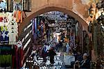 La vue à travers une arche d'acheteurs dans le souk de Marrakech, au Maroc, en Afrique du Nord, Afrique